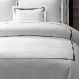 Juego de cama 100% algodón satinado blanco con dos lineas bordadas en herradura color beige Individual