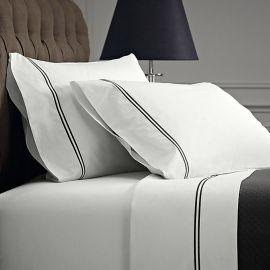 Juego de sabanas 100% algodón blanco satinado, 420 hilos con dos lineas bordadas color beige Matrimonial
