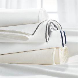 Juego de sabanas 100% algodón blanco satinado, 420 hilos con una linea bordada en orilla color blanco Queen Size