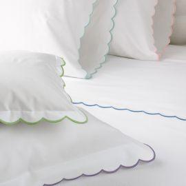 Juego de sabanas 100% algodón blanco satinado, 420 hilos con bordado ondas en orilla color rosa Matrimonial
