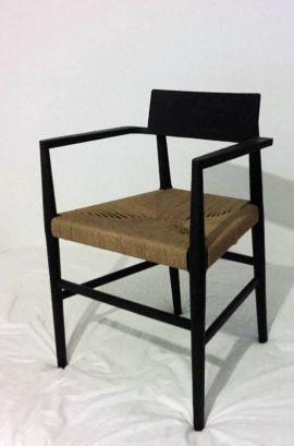 Silla de madera torneada y asiento tejido con descansabrazos